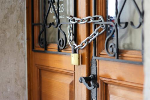 Closed doors sheldon-kennedy-M7dI2Fvgrl4-unsplash